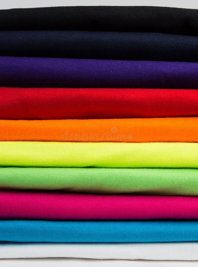 Kleurrijke stapel schone t-shirts stock foto