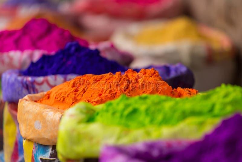 Kleurrijke stapels van gepoederde kleurstoffen die voor Holi-festival worden gebruikt royalty-vrije stock foto's