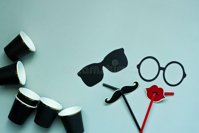 Kleurrijke steunen voor partij - glazen, snor, lippen en document glazen stock foto's