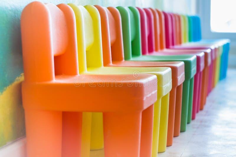 Kleurrijke stoelen in de speelkamer royalty-vrije stock foto