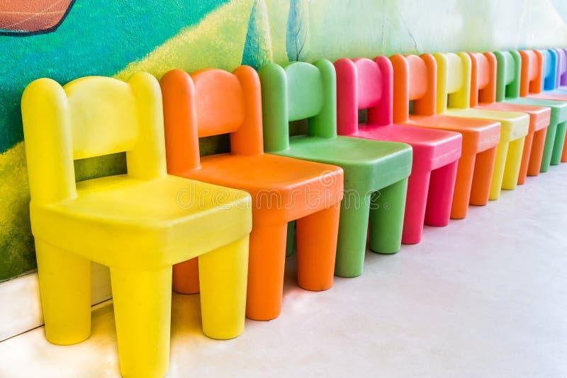 Kleurrijke stoelen in de speelkamer royalty-vrije stock fotografie