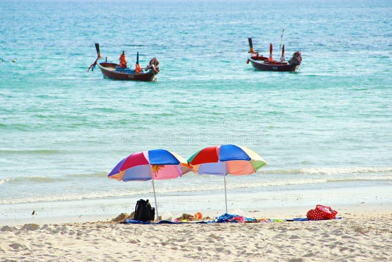 Kleurrijke stoelen en paraplu op strand royalty-vrije stock afbeelding
