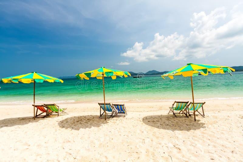 Kleurrijke stoelen en paraplu op het tropische strand bij Koh Khai Nok I stock fotografie