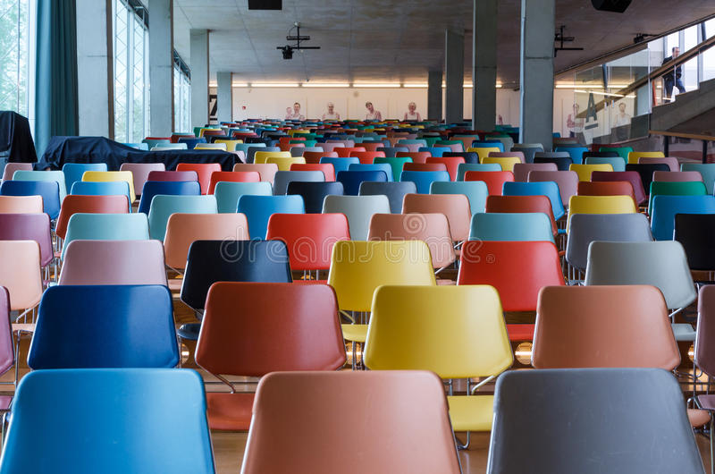 Kleurrijke stoelen in modern auditorium stock foto