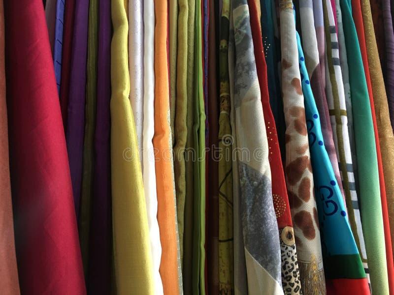 Kleurrijke stoffen katoenen die broodjes voor de manierinzameling worden opgesteld, Concept: De industrie van het kledingsproduct stock afbeeldingen