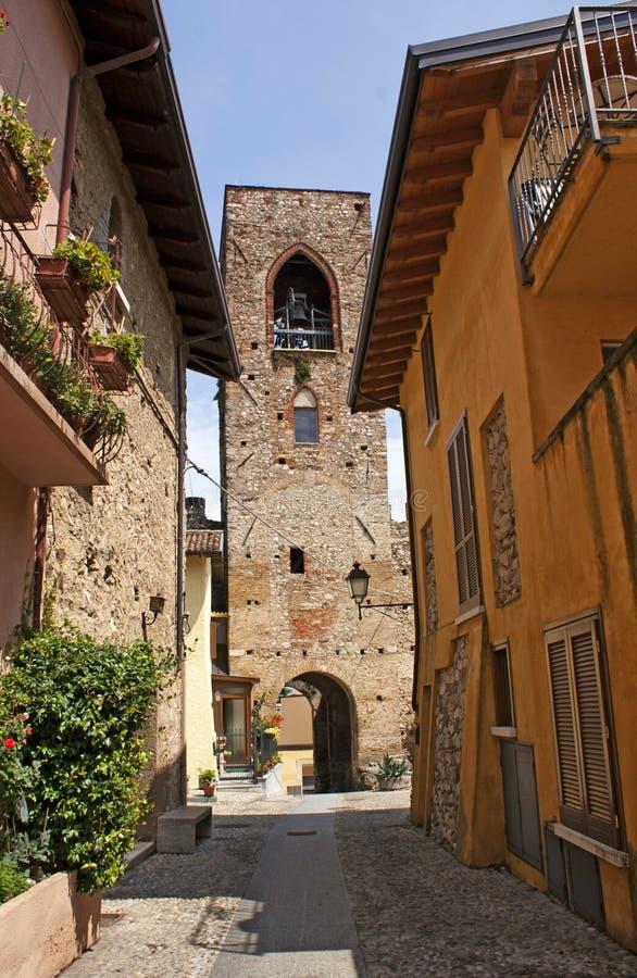Kleurrijke straat in Italië stock afbeeldingen