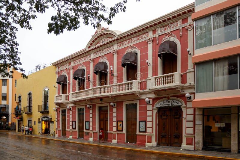 Kleurrijke straat in Merida na een regenachtige dag, Yucatan, Mexico stock afbeeldingen