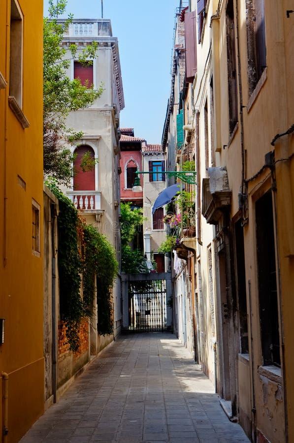 Kleurrijke straat in Venetië stock foto