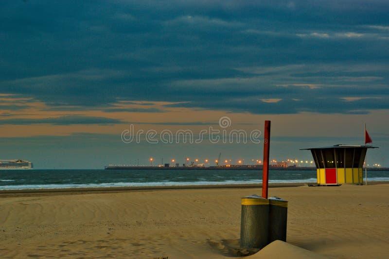 Kleurrijke strandcabine met de haven Zeebrugge op de achtergrond royalty-vrije stock foto