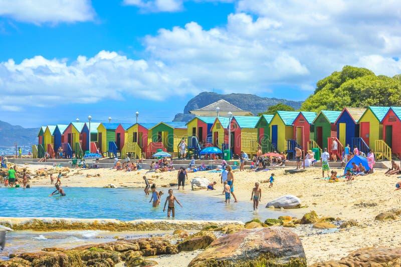 Kleurrijke strandcabines royalty-vrije stock afbeeldingen