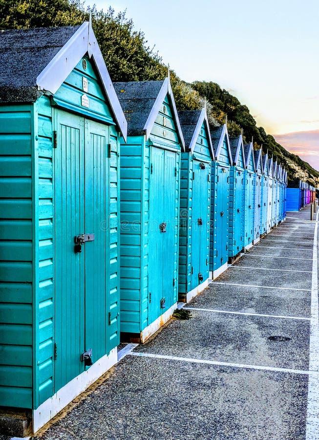 Kleurrijke strandhutten in Bournemouth stock afbeeldingen