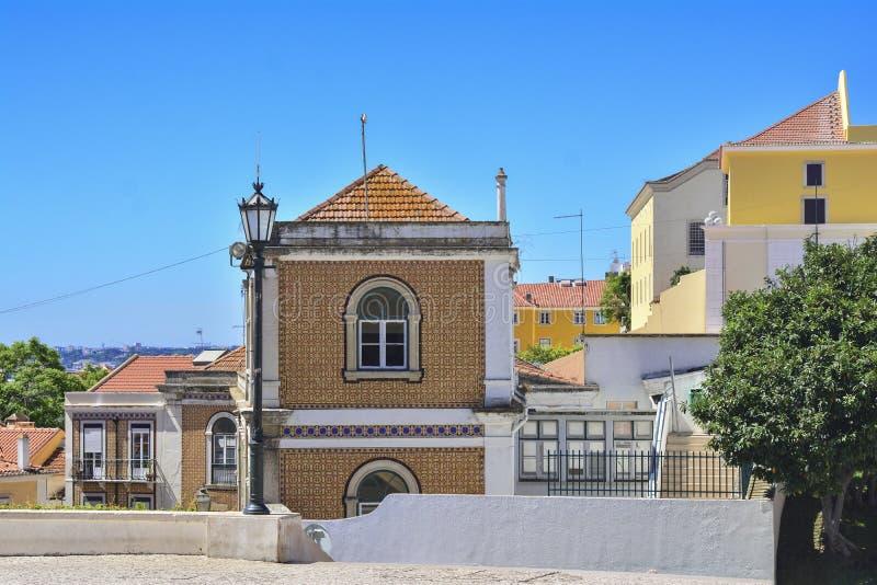 Kleurrijke straten van Alfama-district in Lissabon royalty-vrije stock afbeelding