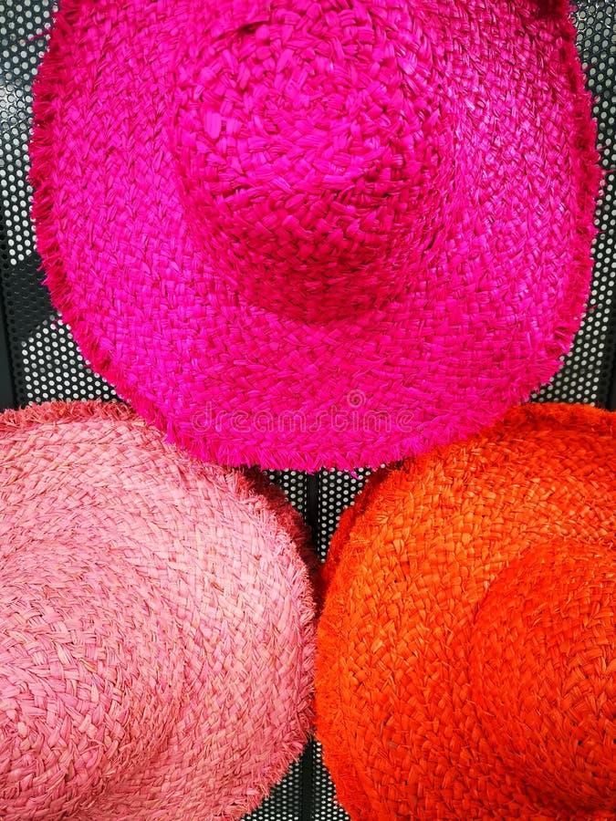 Kleurrijke strohoeden voor vrouwen stock afbeelding