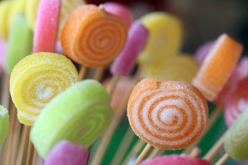 Kleurrijke suikergoedclose-up als achtergrond met houten stokken stock foto