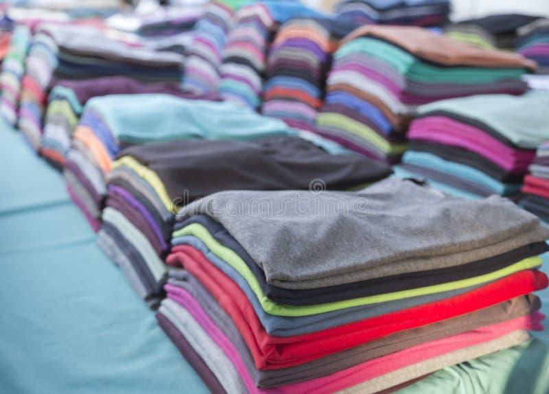 Kleurrijke t-shirts stock foto's