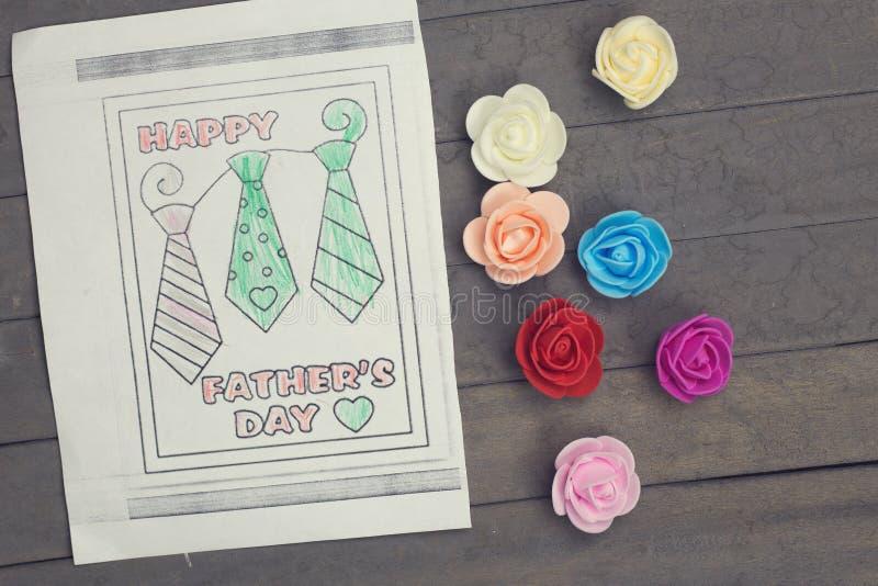 Kleurrijke tekening en bloemen Gelukkige die de groetkaart van de vadersdag door een kind wordt gemaakt stock afbeelding