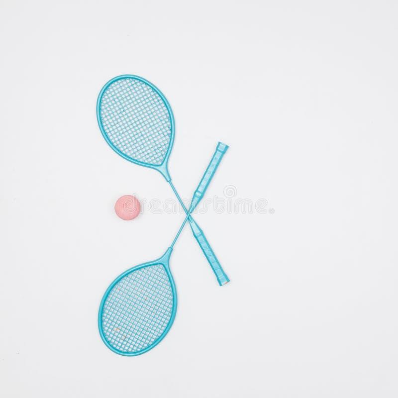 Kleurrijke tennisrackets en bal op witte achtergrond stock foto's
