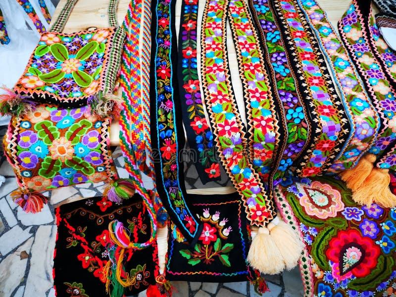 Kleurrijke textiel met de hand gemaakte riemen en handtassen royalty-vrije stock afbeeldingen