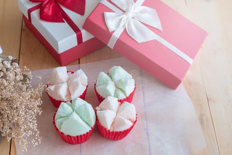 Kleurrijke Thaise gestoomd of Watten cupcakes in rode document kop stock afbeeldingen