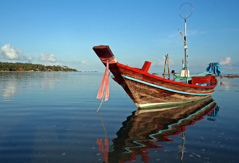Kleurrijke Thaise vissersboot royalty-vrije stock afbeelding
