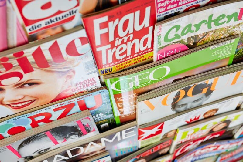Kleurrijke tijdschriften in een plank royalty-vrije stock afbeelding