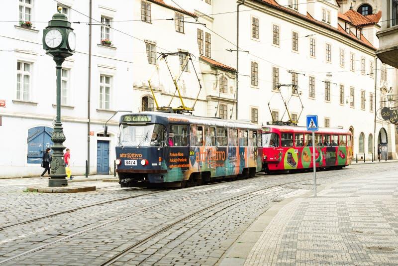 Kleurrijke toeristentrams op de straten van Praag stock fotografie