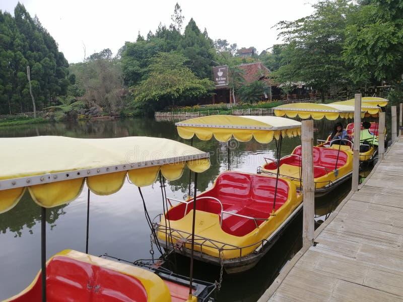 Kleurrijke tourboot op Floating Market Lembang, Indonesië Een beroemde plaats voor de voedseljacht royalty-vrije stock afbeelding