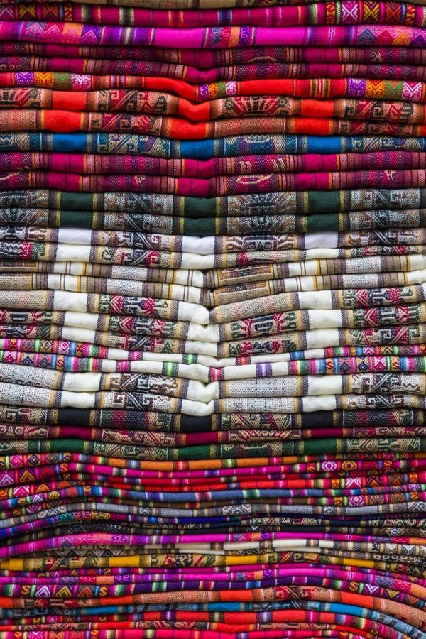 Kleurrijke traditionele Boliviaanse stoffen op de markt stock foto's