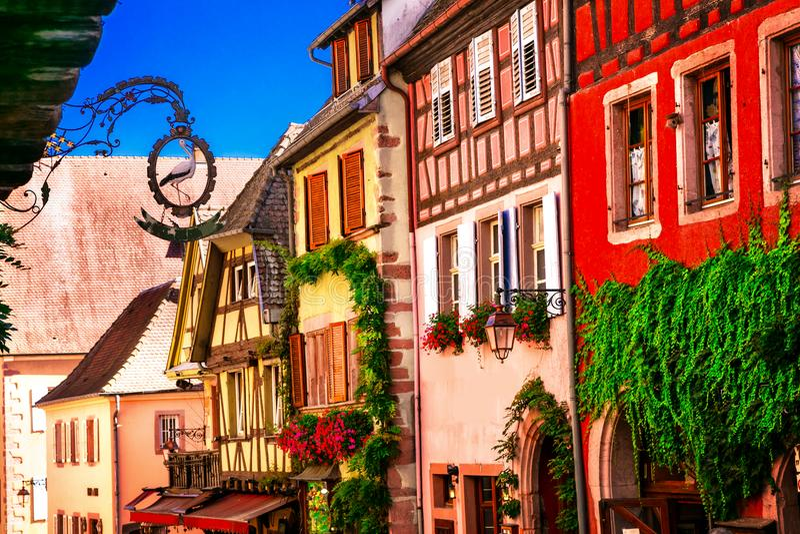 Kleurrijke traditionele helft-betimmerde huizen van de Elzas in Frankrijk, R royalty-vrije stock afbeeldingen