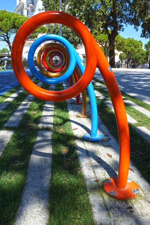 Kleurrijke tribune voor fietsparkeren. royalty-vrije stock foto's