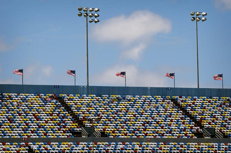 Kleurrijke tribunes in Daytona 500 renbaan op de zomerdag stock afbeelding