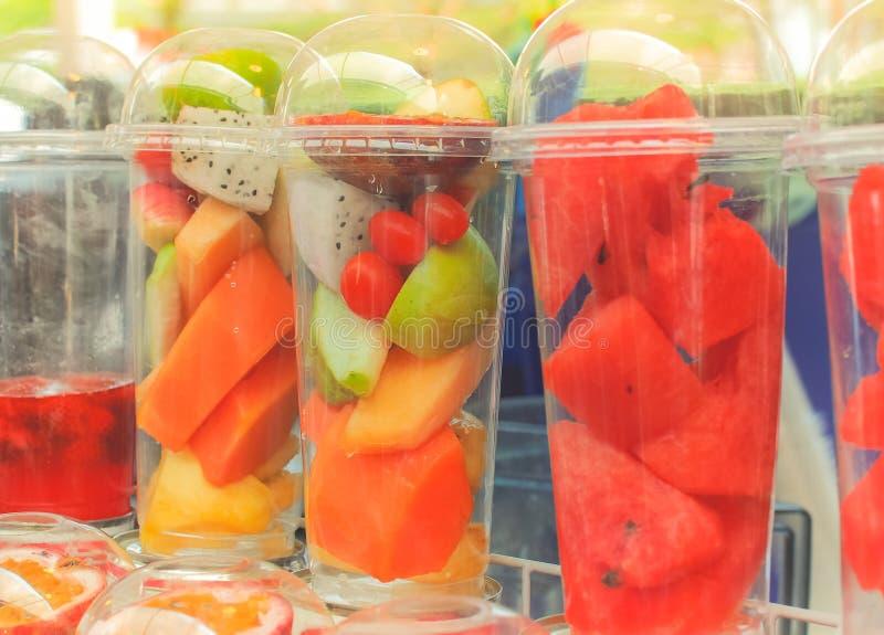 Kleurrijke tropische die vruchten op smoothie op straatmarkt worden voorbereid stock foto