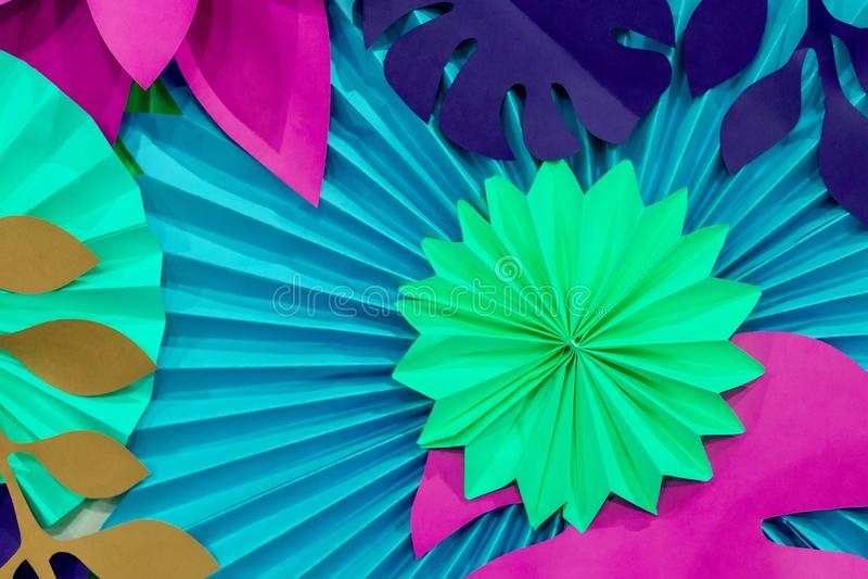 Kleurrijke tropische document bloemachtergrond multicolored Bloemen en bladeren van document worden gemaakt dat royalty-vrije stock foto's