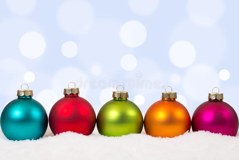 Kleurrijke van Kerstmisballen decoratie als achtergrond met sneeuw stock afbeelding