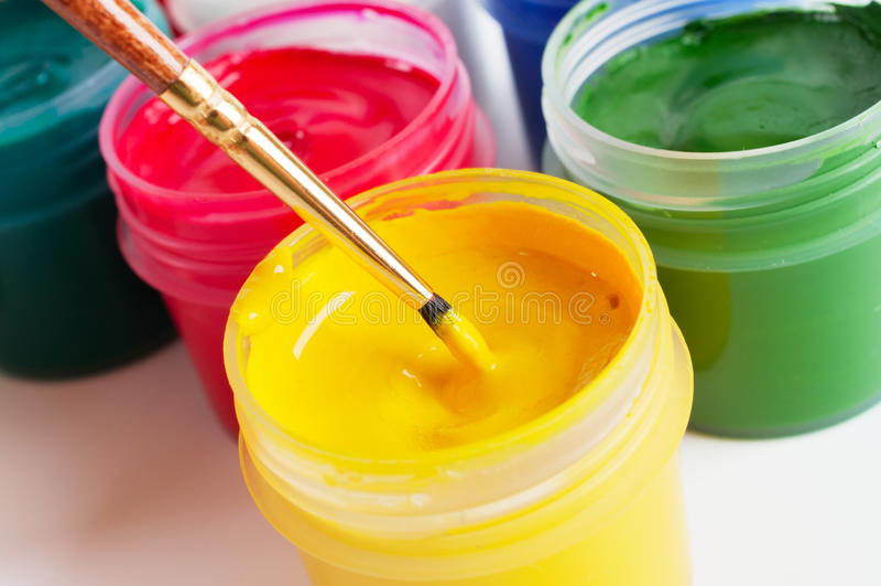 Kleurrijke verfcontainers en borstel stock afbeeldingen