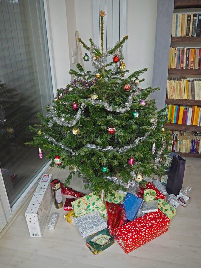 Kleurrijke verfraaide Kerstmisboom met overvloed van verpakt christm royalty-vrije stock afbeelding