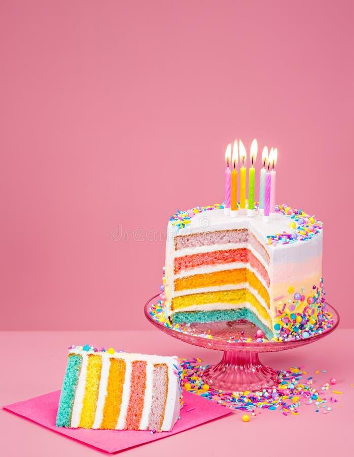 Kleurrijke Verjaardagscake over roze royalty-vrije stock foto's