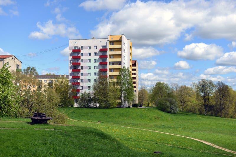 Kleurrijke vernieuwde flatgebouwen in Aizkraukle, Letland - beeld stock afbeelding