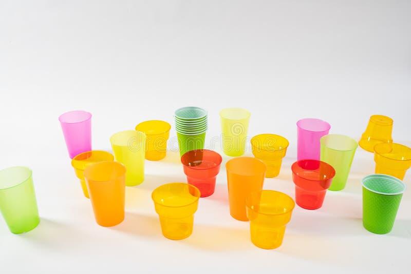 Kleurrijke verschillende die groottekoppen van goedkoop plastiek worden gemaakt royalty-vrije stock foto's