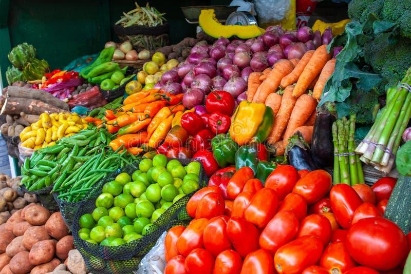 Kleurrijke vertoning van de de verscheidenheidsvruchten en groenten op de markttribune royalty-vrije stock foto