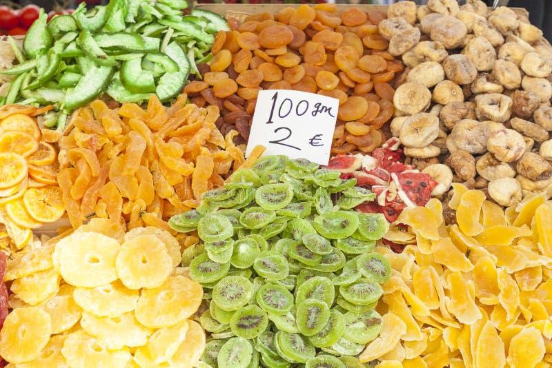 Kleurrijke vertoning van gezoet droog tropisch fruit op een straat st stock fotografie