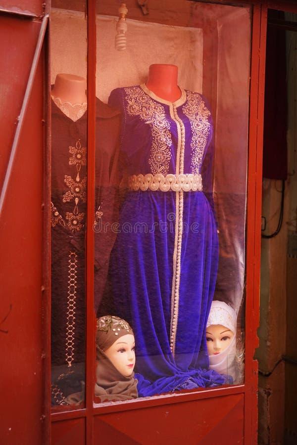 Kleurrijke vertoning van Marokkaanse kleren en ledenpoppen in Marrakech stock foto's