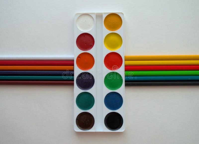 Kleurrijke verven en potloden royalty-vrije stock afbeelding