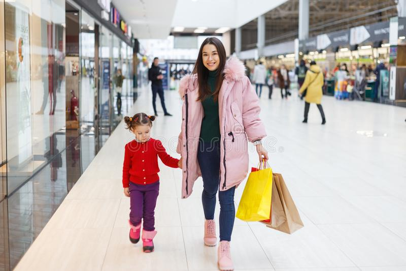 Kleurrijke vibes van familie het winkelen royalty-vrije stock fotografie