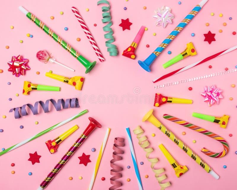 Kleurrijke vieringsachtergrond met diverse partijconfettien, wimpels en decoratie Minimaal Partijconcept Vlak leg royalty-vrije stock fotografie
