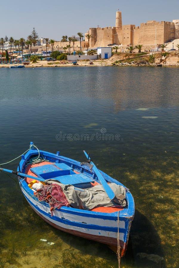 Kleurrijke vissersboot in de haven van Monastir stock afbeeldingen