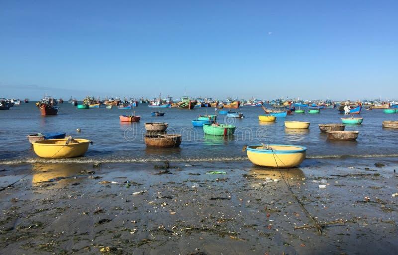 Kleurrijke vissersboten op het strand in zuidelijk Vietnam royalty-vrije stock afbeelding