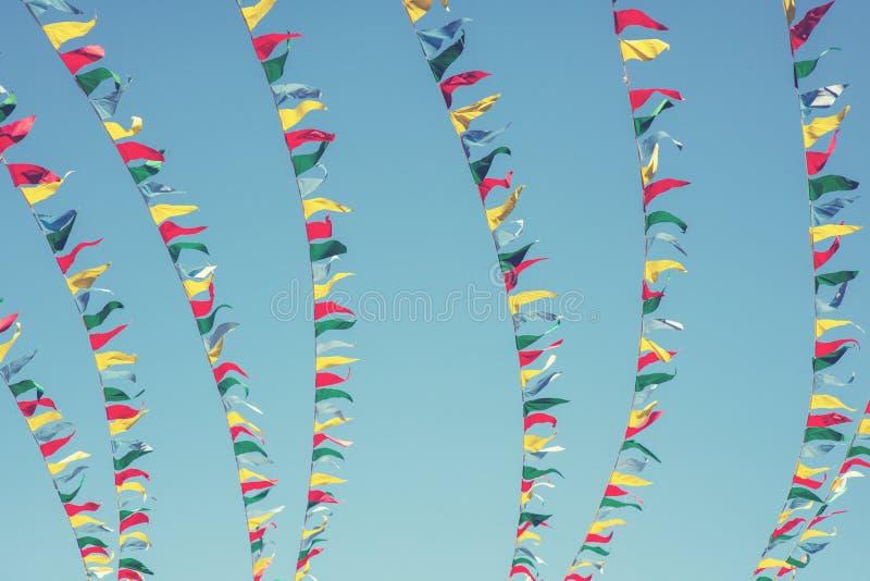 Kleurrijke vlaggen op de hemelachtergrond stock afbeeldingen