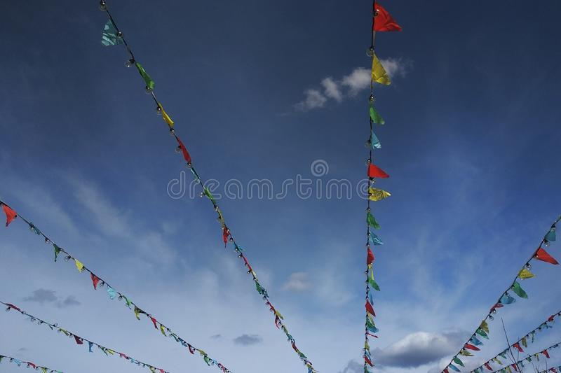 Kleurrijke vlaggenbunting tegen blauwe hemel royalty-vrije stock foto's