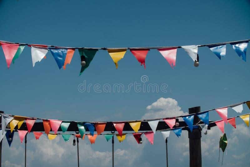 Kleurrijke vlaggenbunting tegen blauwe hemel royalty-vrije stock foto